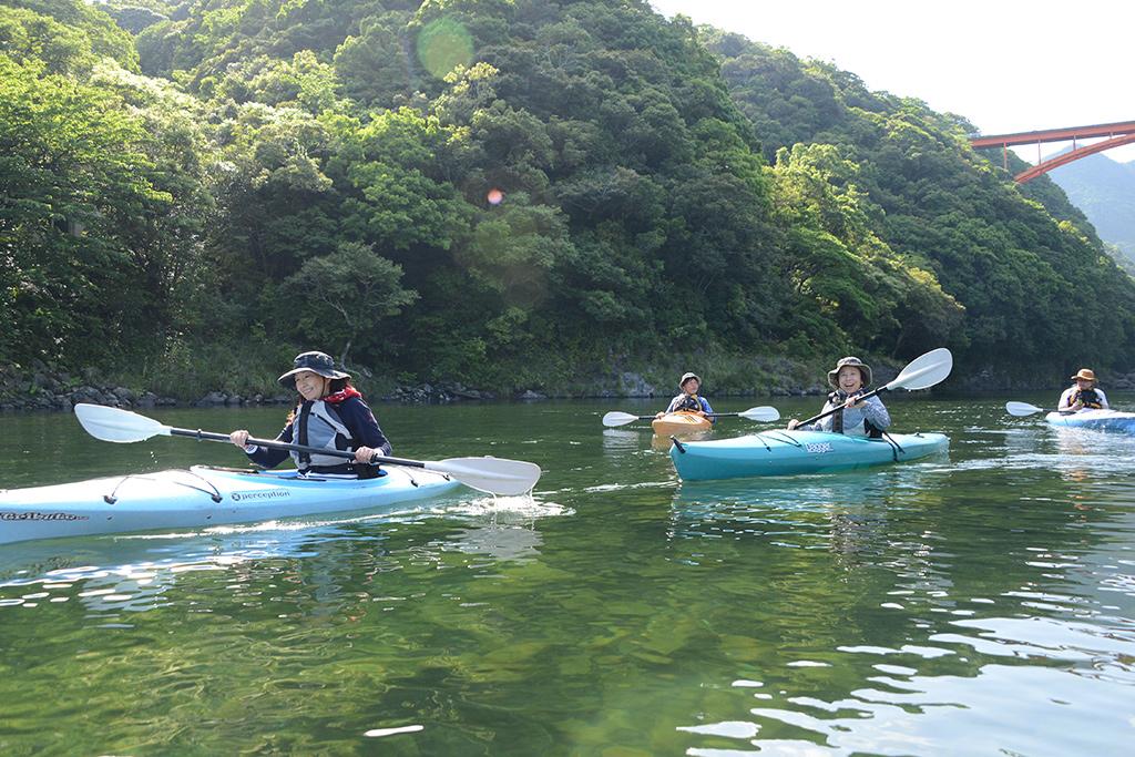 4人揃って安房川を漕ぎ下る写真