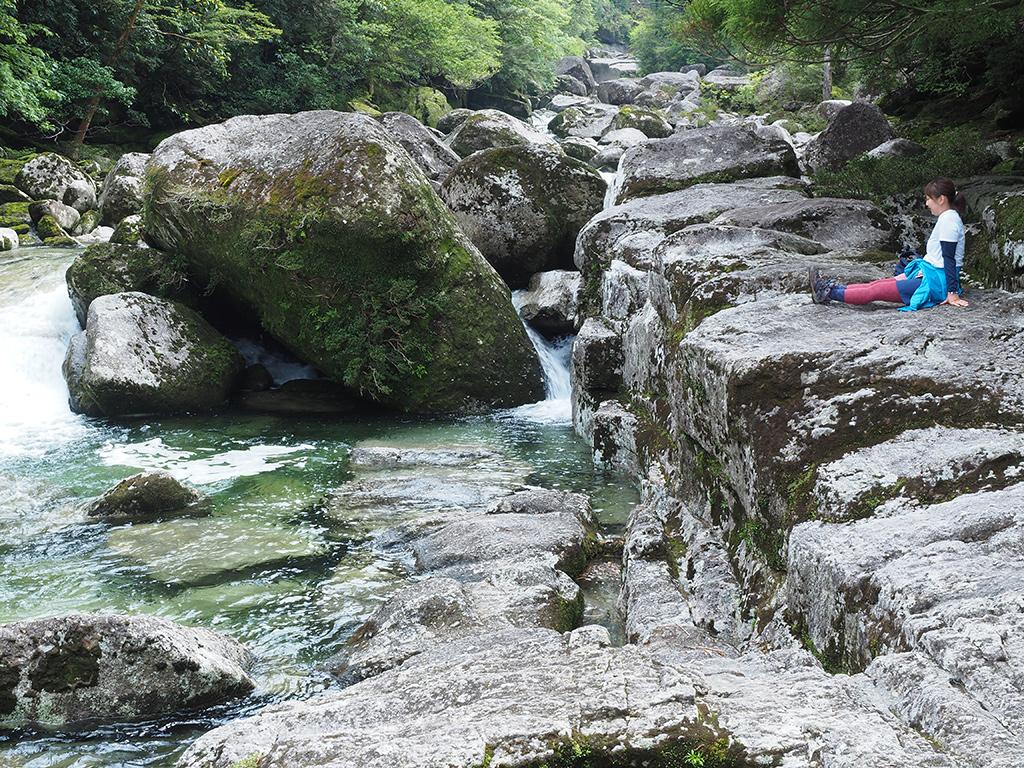 川沿いの露出した花崗岩の巨石の上でくつろぐ参加者の写真