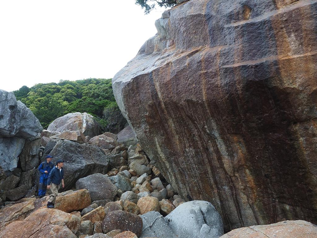 超巨大な花崗岩を目の前にして、嬉しそうに見上げる二人の写真
