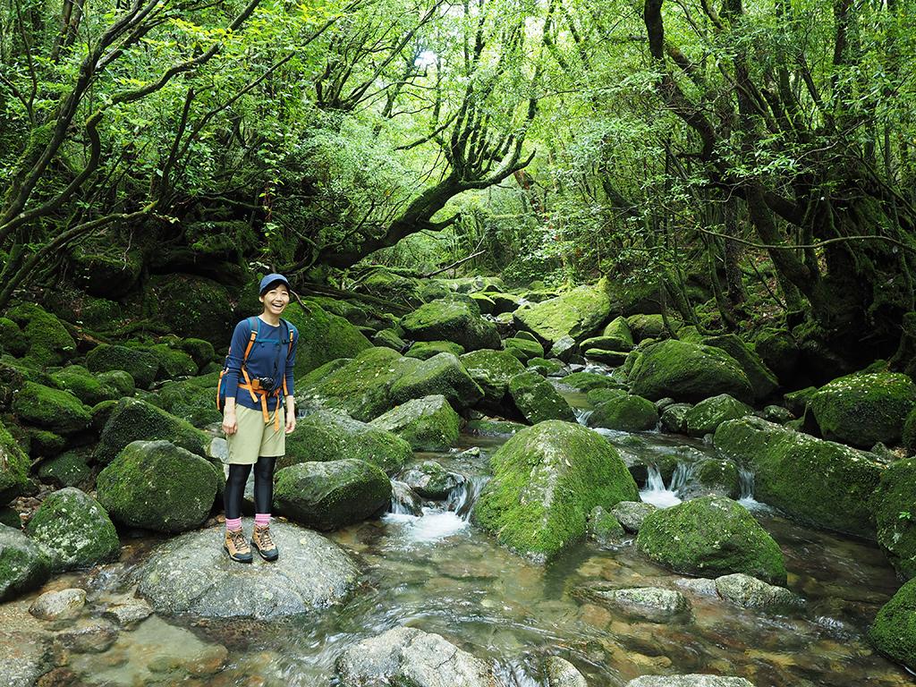 白谷川本流の徒涉点で美しい苔の渓流風景と参加者Mさんの写真