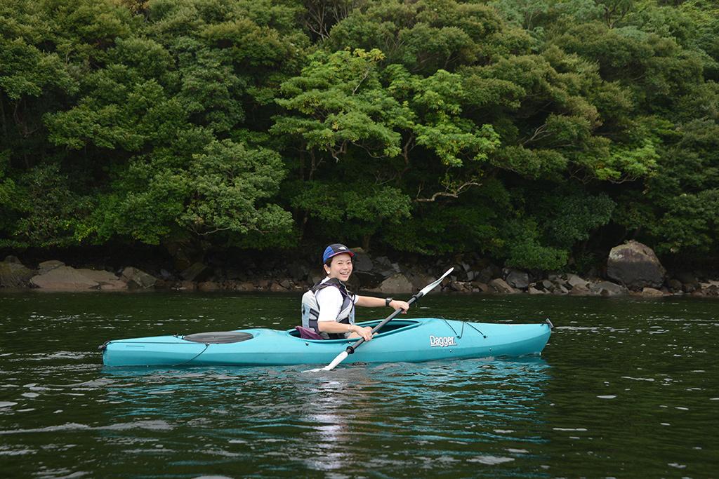 台風が南海に居るとは思えない程の穏やかな景色の中、カヤックを漕ぎ進む参加者の写真