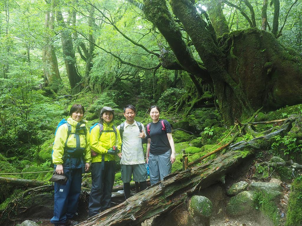 「苔むす森」の前で4人揃っての記念撮影