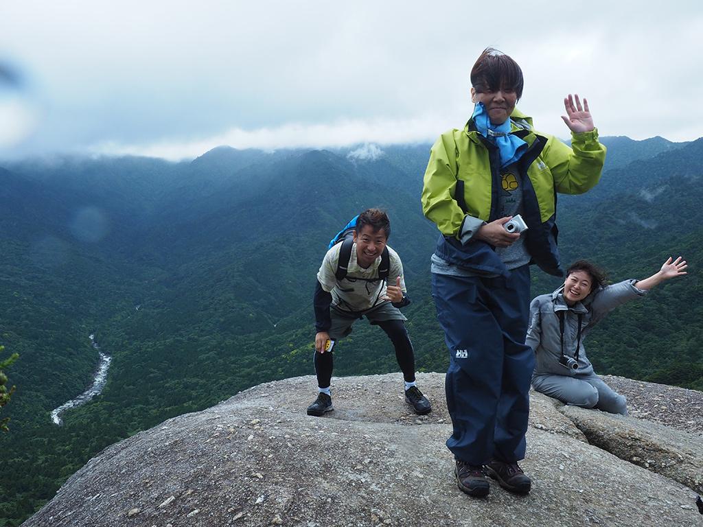 強風に煽られながら撮った太鼓岩での写真