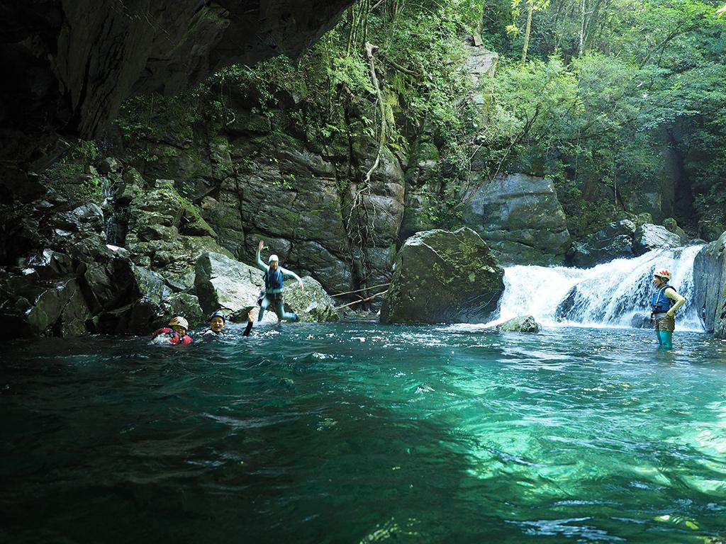 滝壺で遊ぶ参加者達の写真