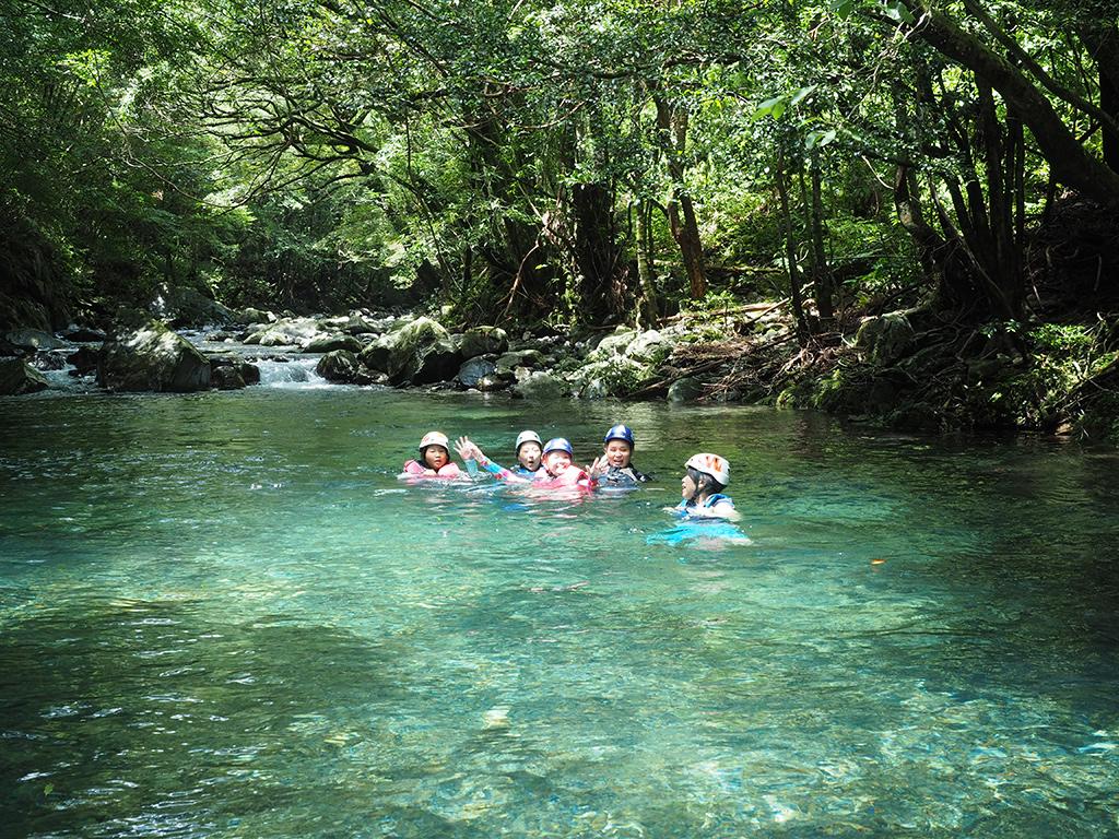 何処までも澄み渡る水の中を気持ち良さそうに泳いでいる参加者の写真