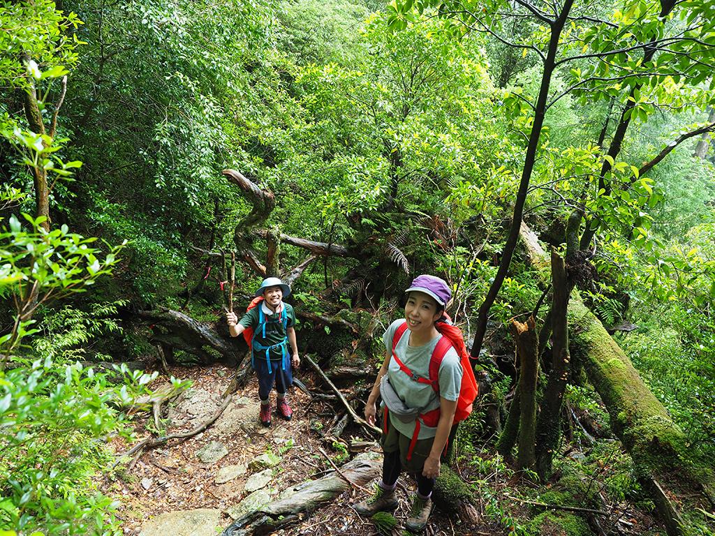 ルート上に出来た倒木を乗り越えた後の笑顔に溢れる参加者二人の写真