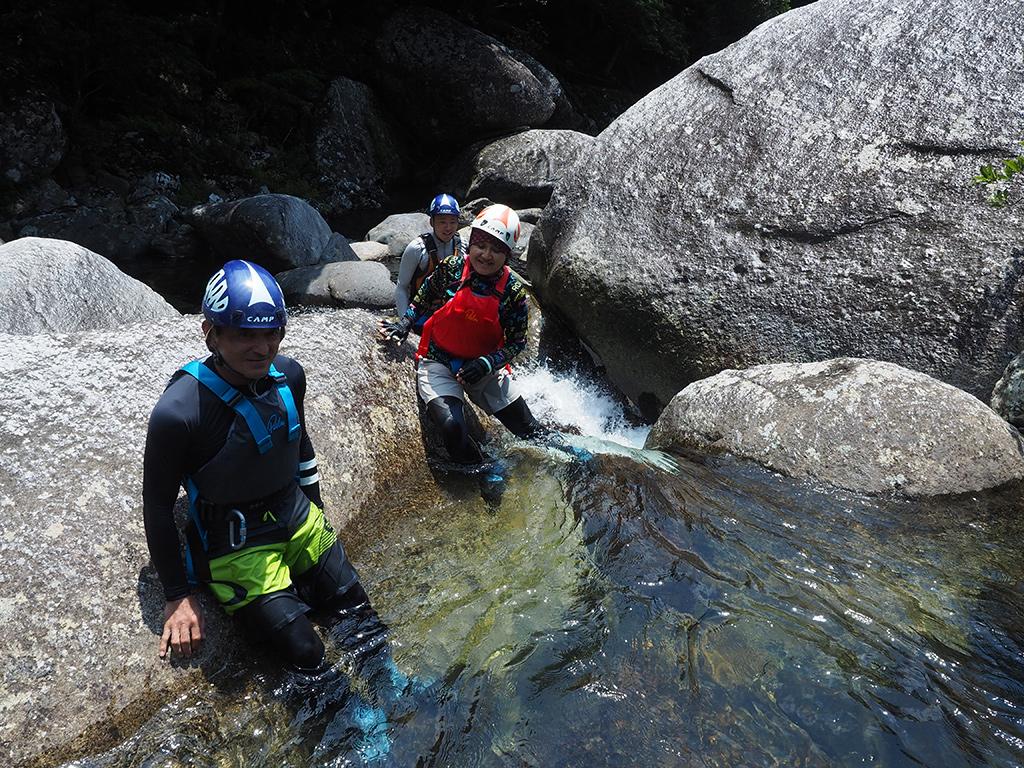 気持ち良い水の中を歩き進む3人の写真