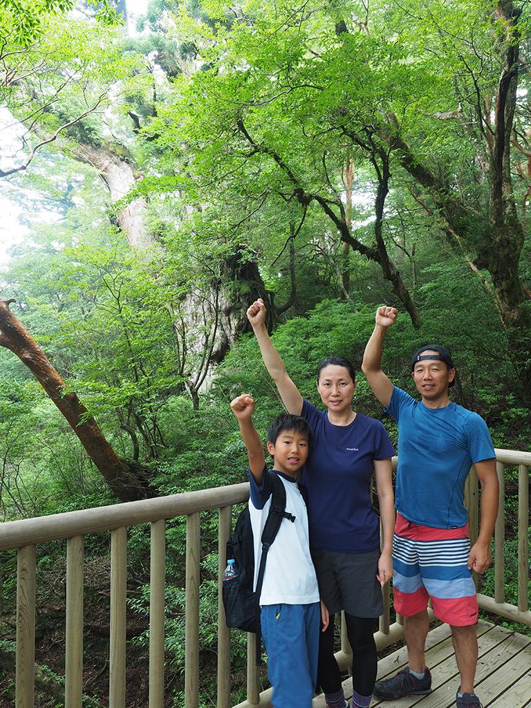 縄文杉の前で念願の家族3人記念撮影