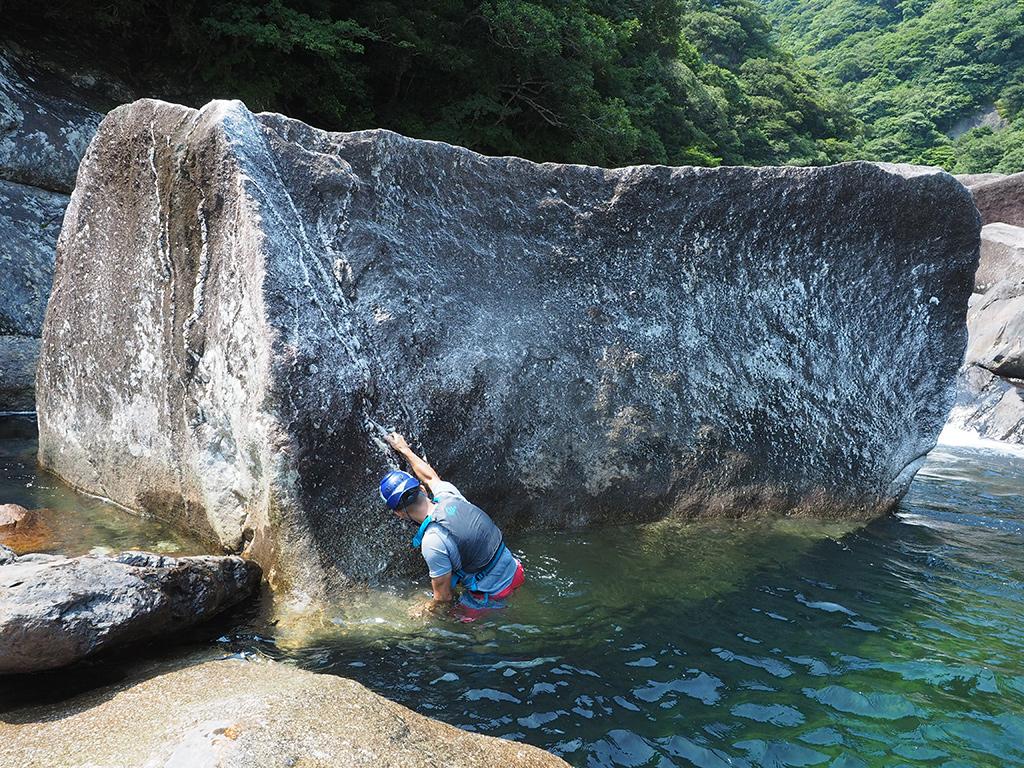 新しいボルダリング課題を作り、そして完登したKさんの岩に登る写真