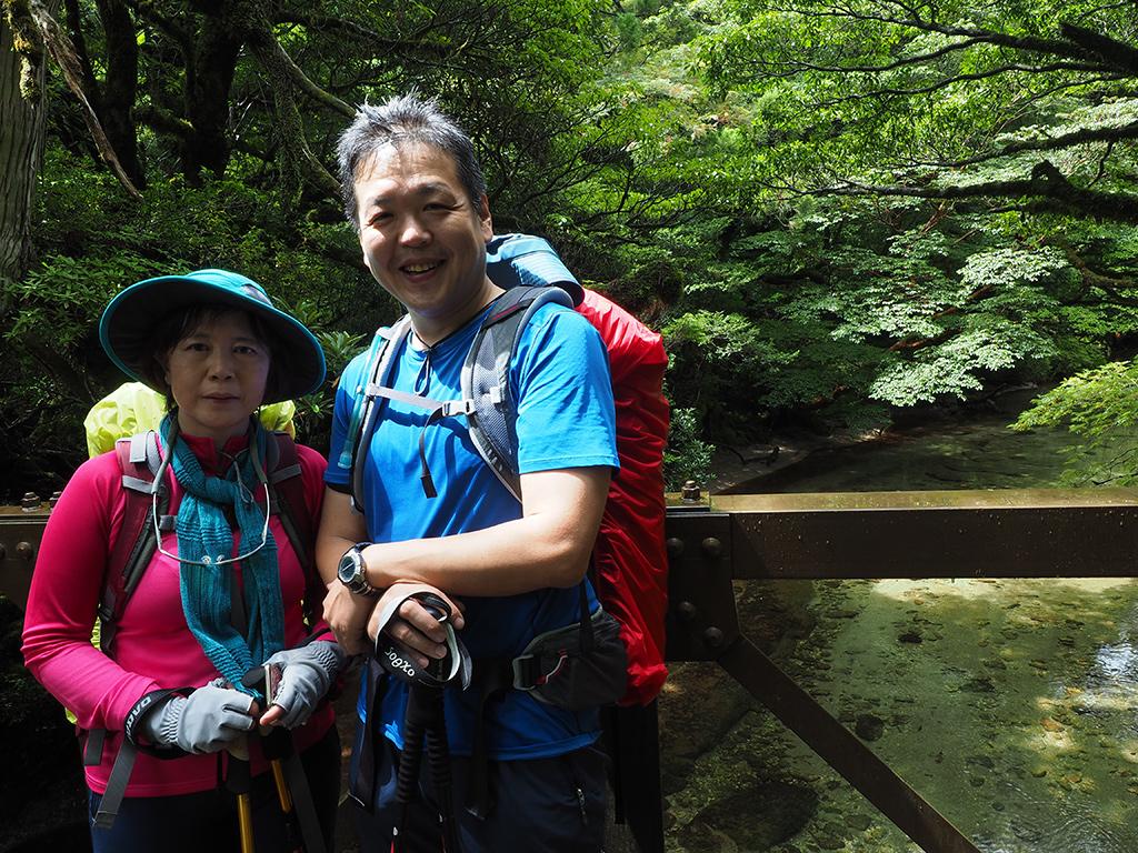 清流・淀川にかかる橋の上で参加者二人のアップ写真