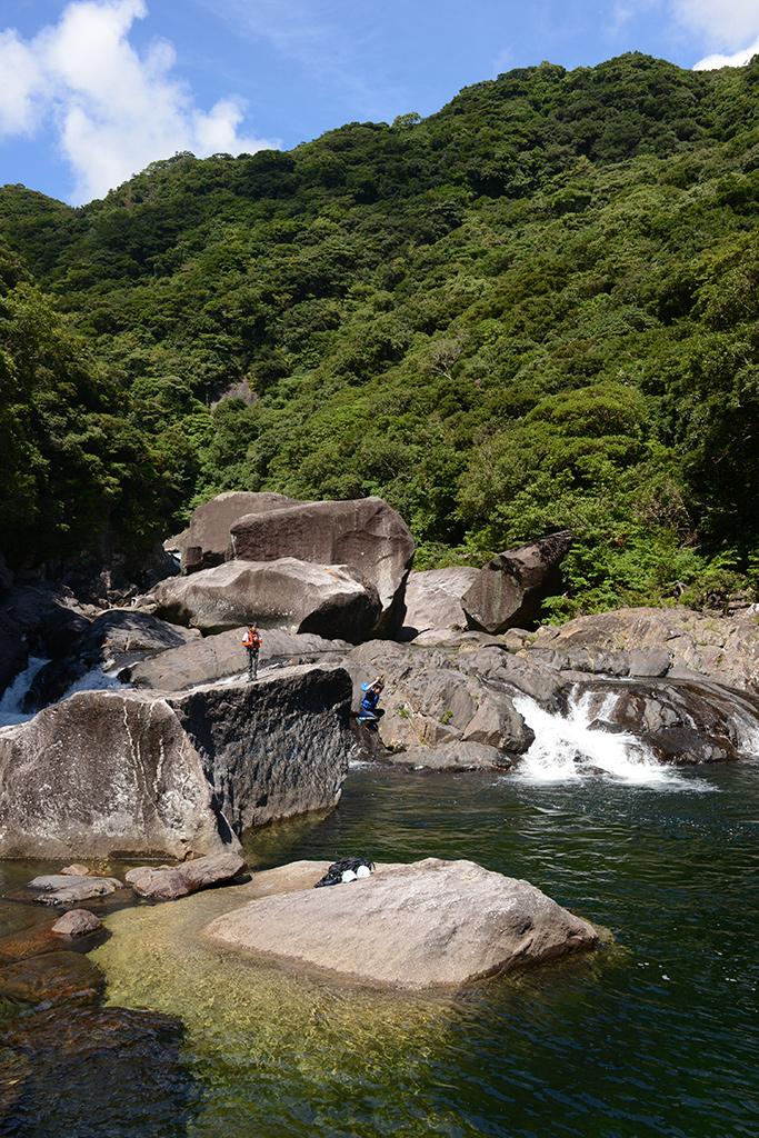 巨岩からジャンプする長男と壮大な風景写真