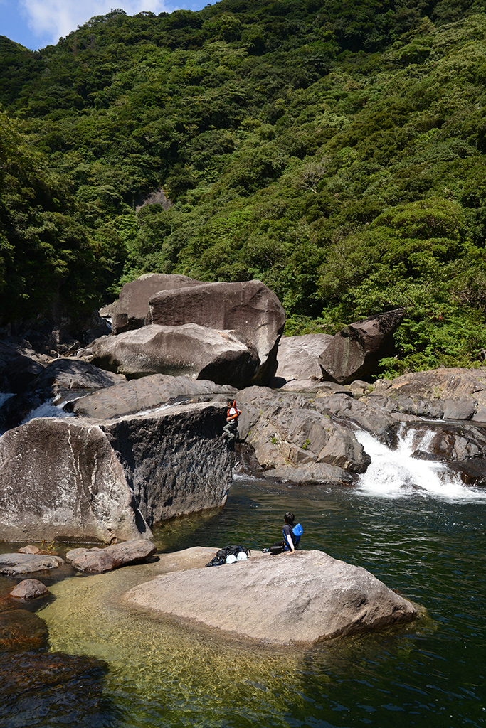 次男も長男に負けず巨岩から捻りを加えてジャンプしている写真
