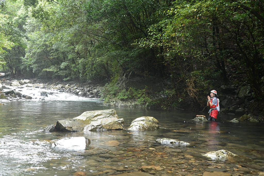 増水から水が引いた際に、岩の上にポツンと流木が乗っている事があり、それと一緒に参加者Mさんを撮った写真