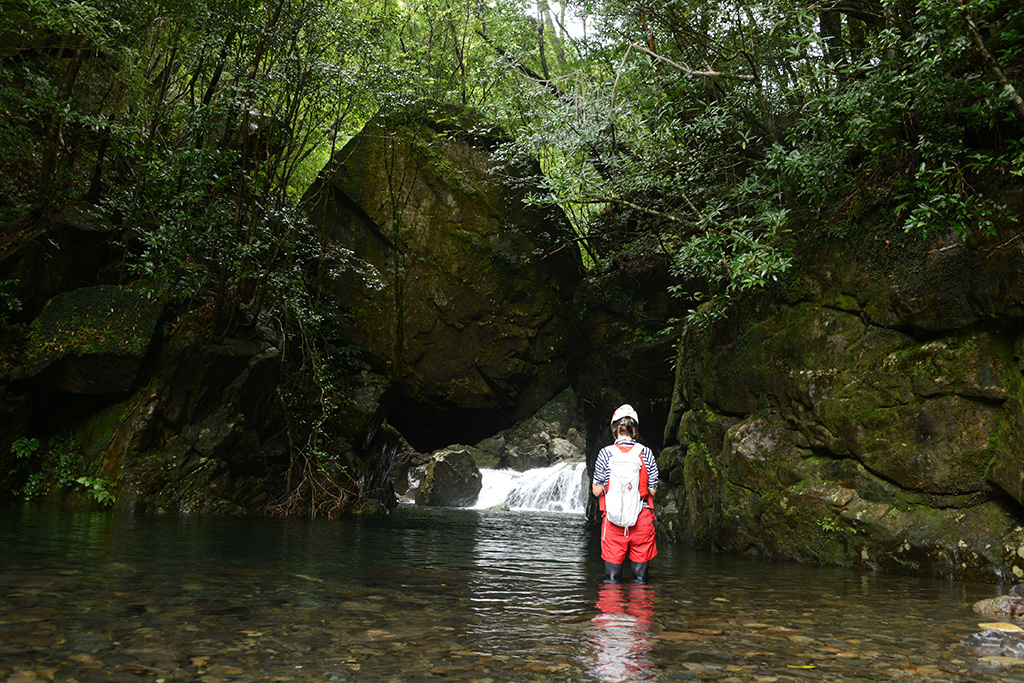 この川の名物スポットを撮るMさんの後ろ姿写真