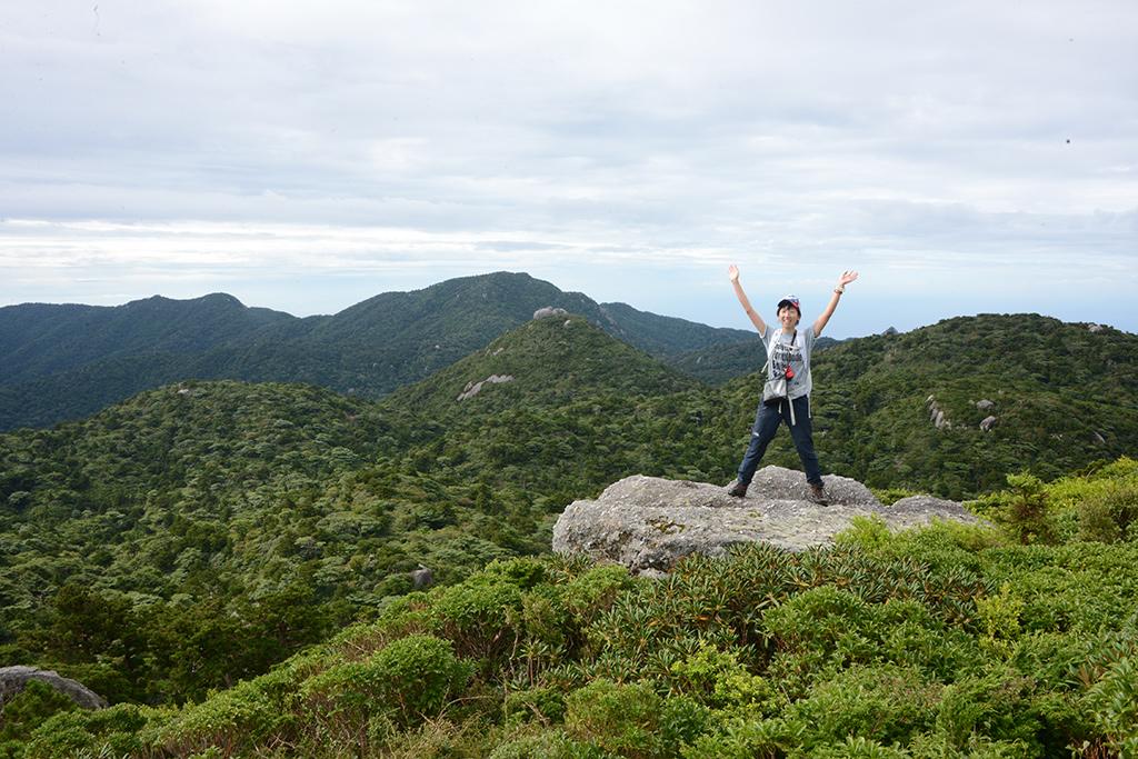 黒味岳へ向かう途中にある岩の上でポーズを撮るMさんの写真