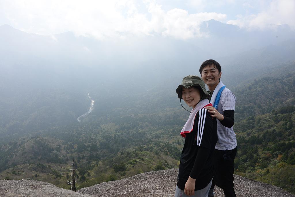太鼓岩の上で仲良く景色を見ていた2人の写真