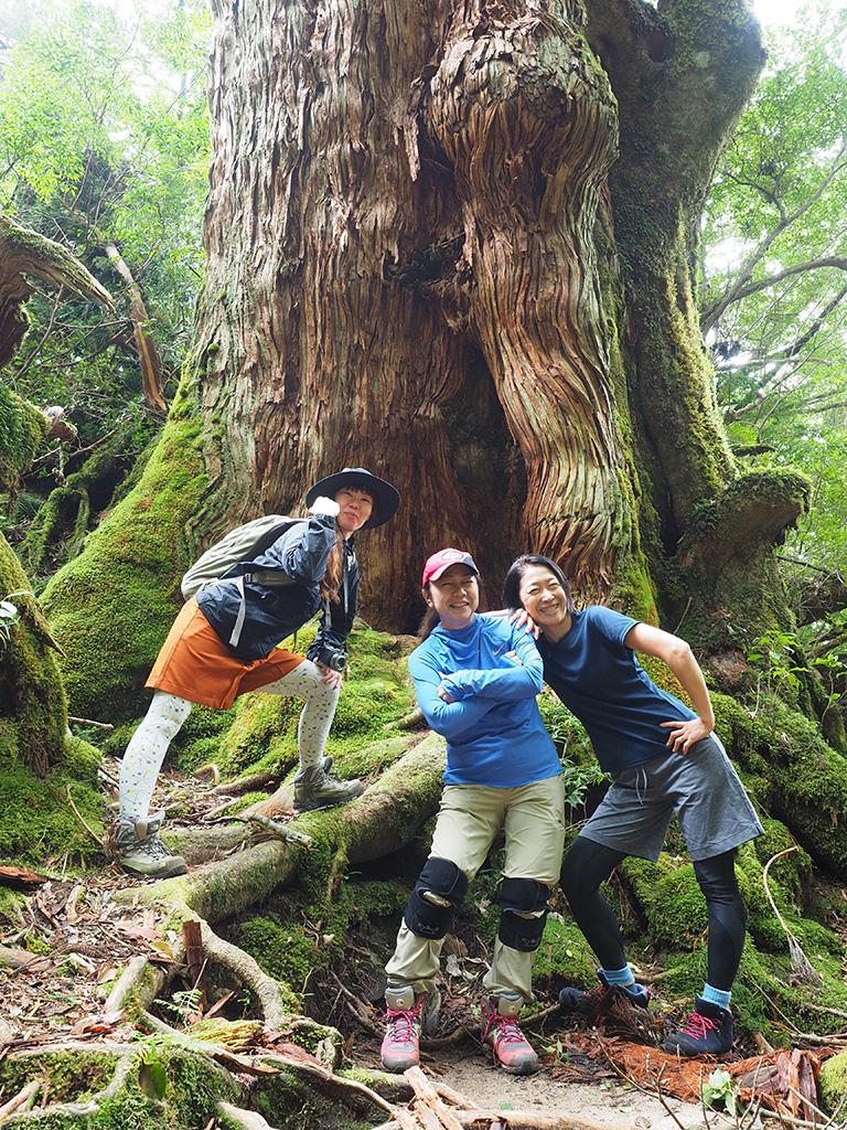 大和杉の前で3人揃って記念撮影でのポーズ