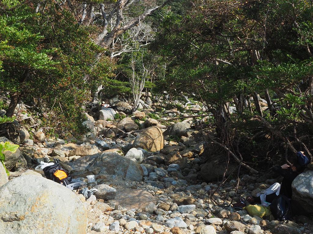岩がゴロゴロするポイントで、気持ち良くお昼寝している二人の写真