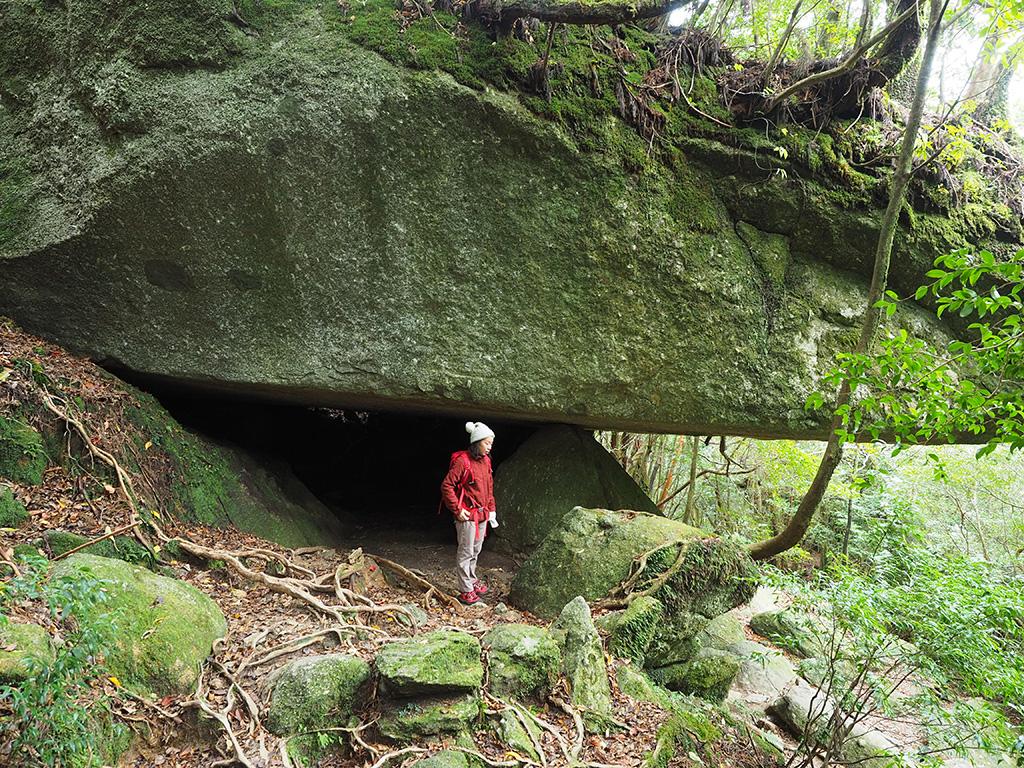 辻の岩屋と呼ばれるクジラ並みのサイズの岩に惹きつけられるIさんの写真
