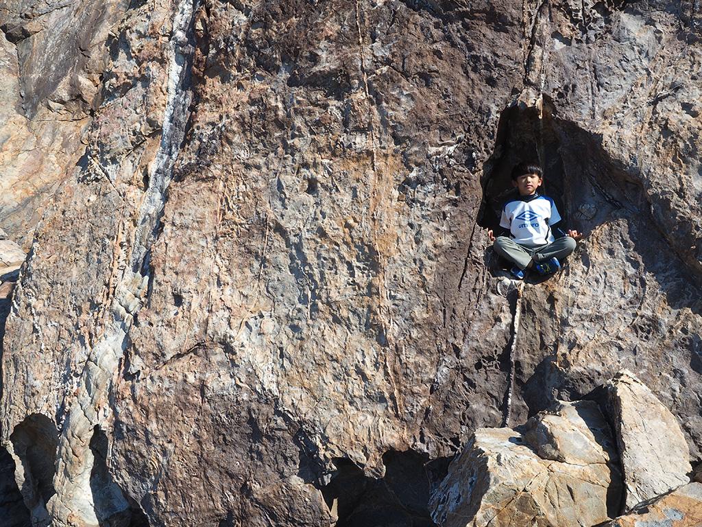 岩の中にすっぽりと仏像のようにはまっている次男