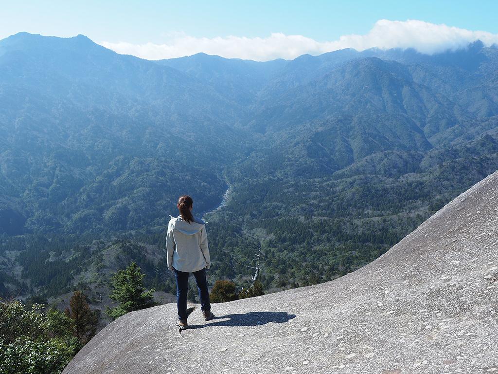 晴天の太鼓岩で、景色を眺めるYさんの後ろ姿