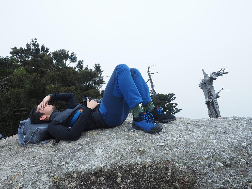 太鼓岩の上でお昼寝中のSさん