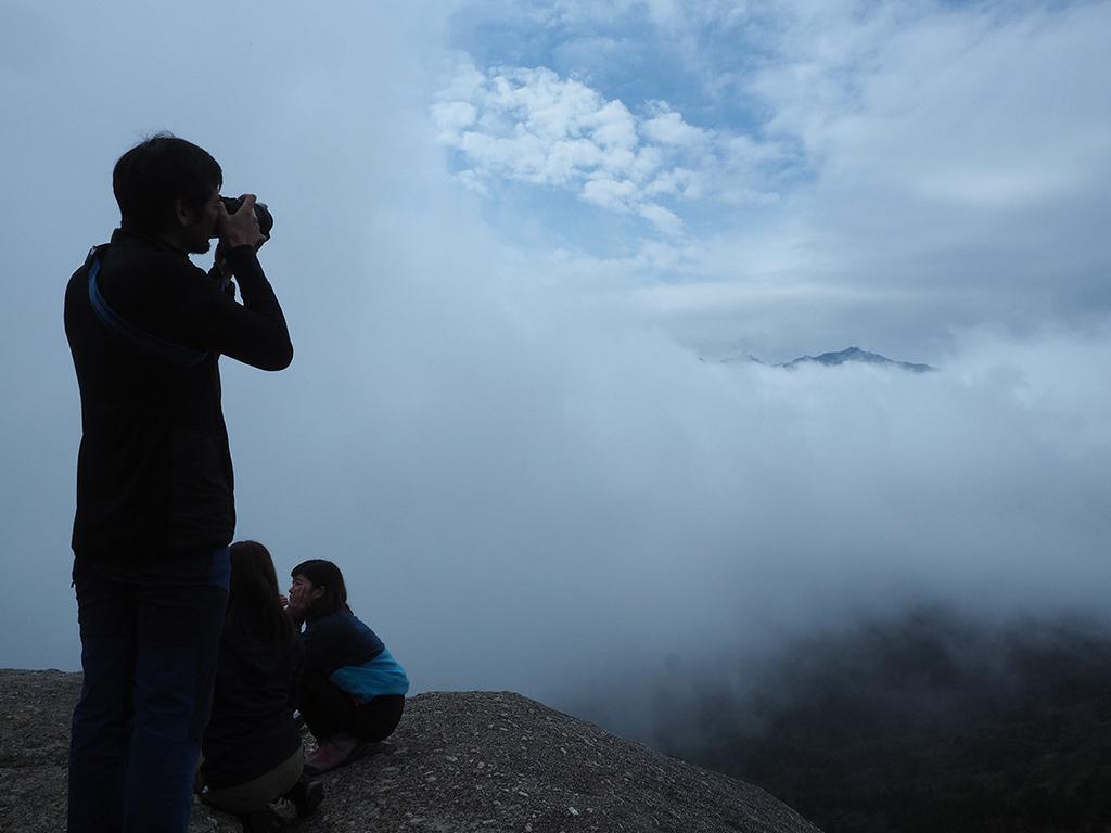 突然雲がどいて顔を見せた奥岳を写真におさめるSさん