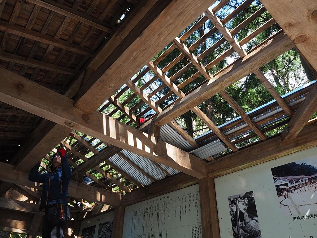 新しい垂木をわたして、ちょっぴり新鮮な絵面になってきた屋根を下から見上げた写真