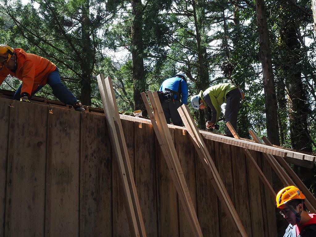 新しい垂木を渡している作業風景写真