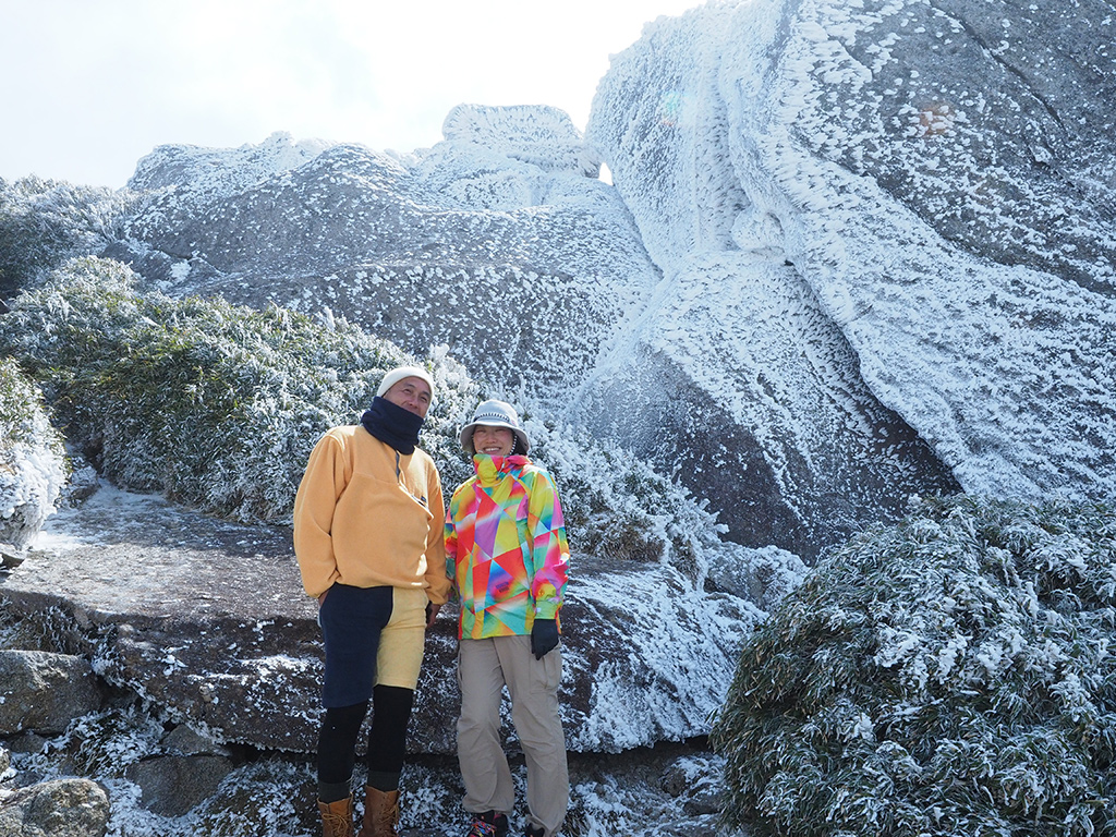花崗岩の巨岩が凍てついていて、その前で撮った二人の写真