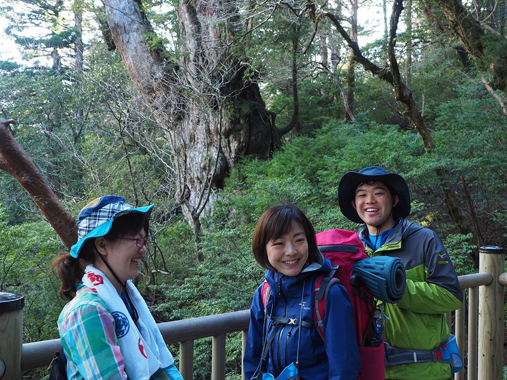 縄文杉の前で楽しそうに笑い合う3人の写真