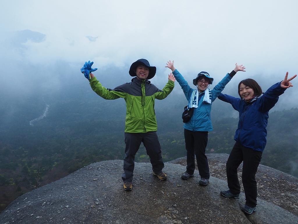 雲が入って来ては流れていく景色をバックに元気そうにポーズを撮る3人の写真