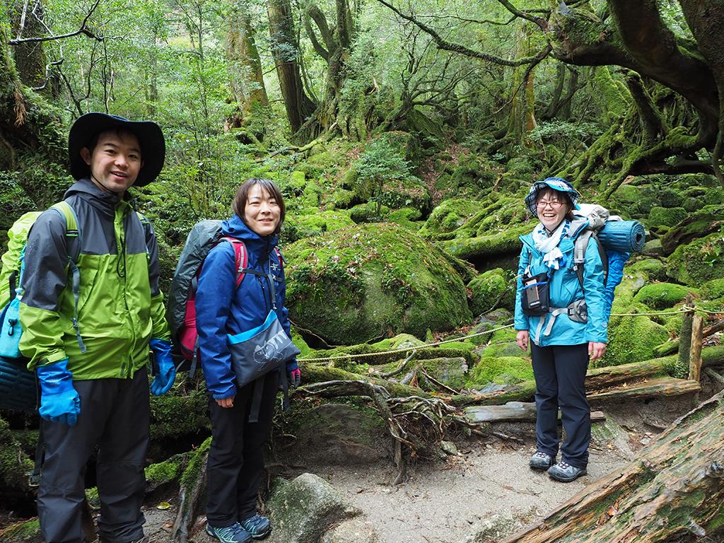 屋久島らしい苔に覆われた場所「苔むす森」での3人の記念写真