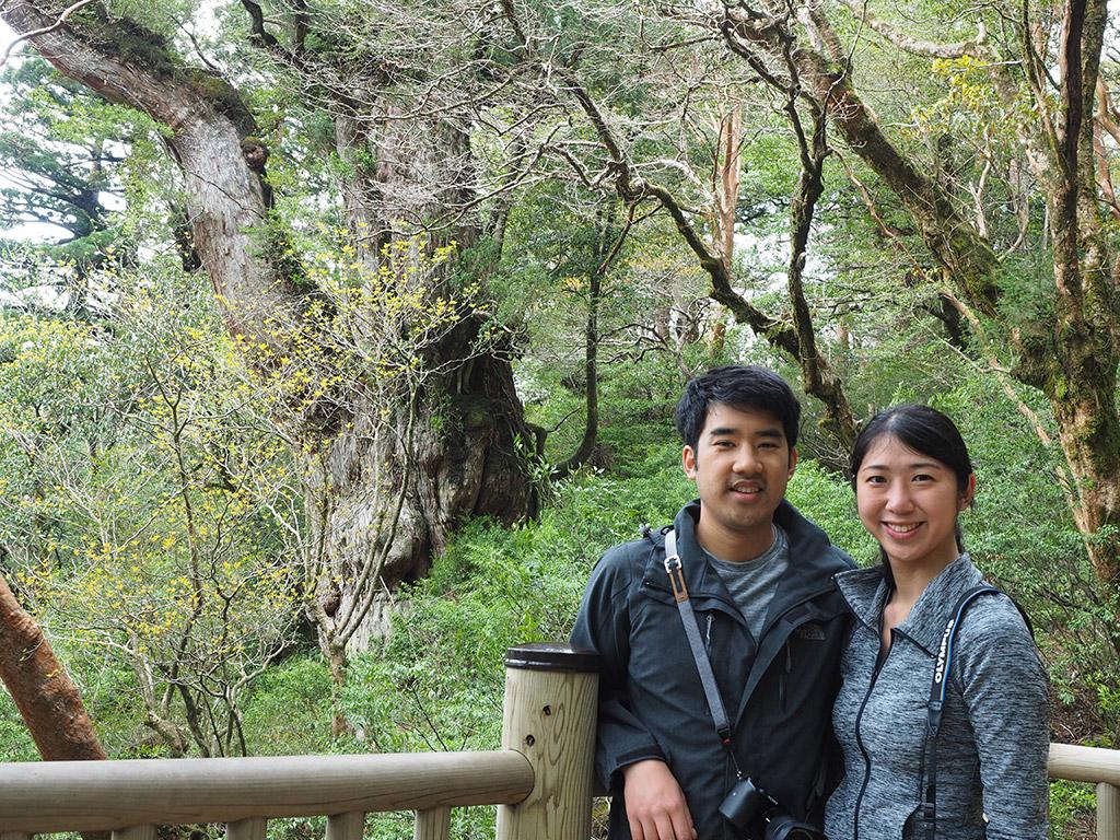 縄文杉の前で満面の笑みを浮かべて記念撮影