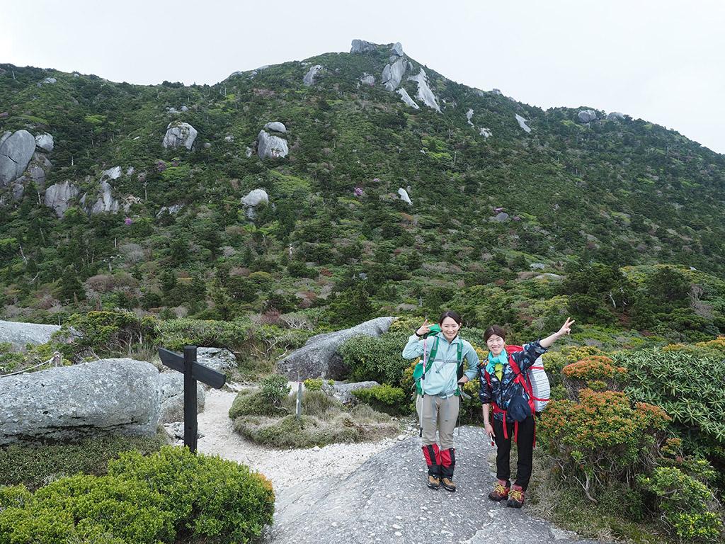 投石平では雲がどき、黒味岳を一望しながら黒味岳バックの二人の写真