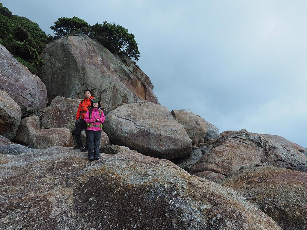 海外に点在する超巨岩の1つをバックに撮った写真