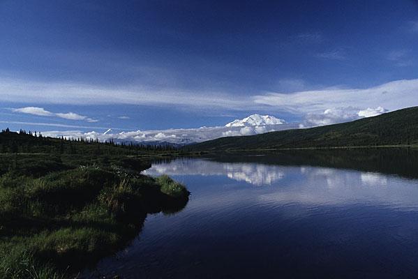 Wonder Lakeに青空と共に写る真っ白なデナリの雄大な写真