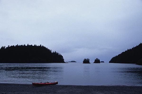 Yukon Islandの対岸に渡り、カヤックを岸に上げた所。赤い2人乗りのカヤックがグレーの空と水に映える写真