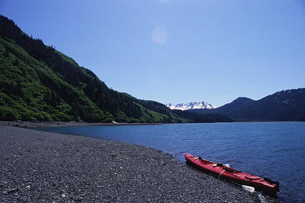 南西アラスカカヤックキャンプを象徴するようなカヤックと水と森と白い山で構成された写真