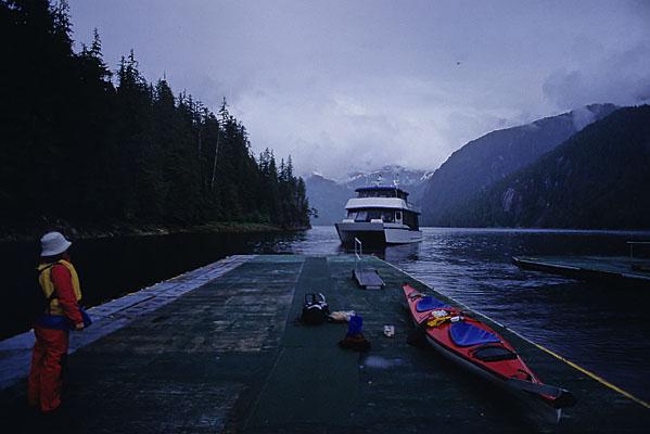 我々とカヤックを残して観光クルーズの船が去って行くのを眺める写真