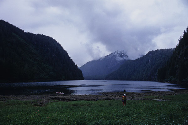 カヤックで足を伸ばした湾にカヤックを係留し、辺りを眺めている写真