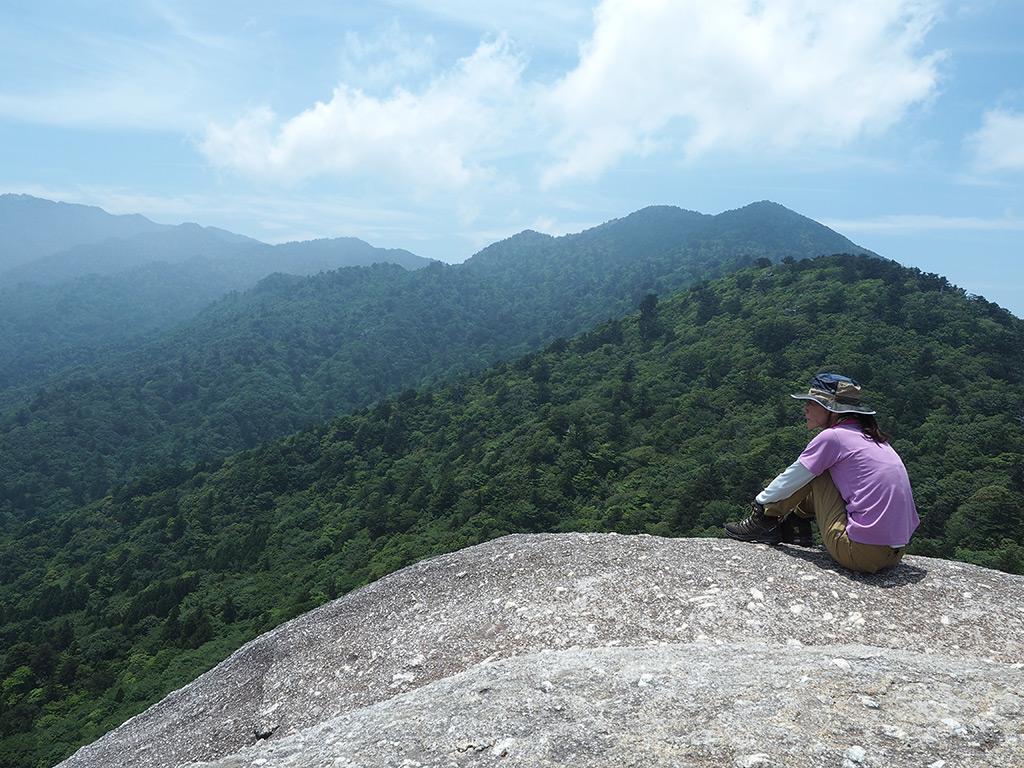太鼓岩の上で絶景に心を馳せているKさんの写真