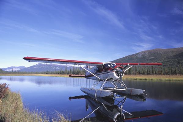 自分達をアリゲッチピークへの玄関口であるサークルレイクという湖まで乗せて行ってくれた赤と白が美しいセスナ機と湖の写真