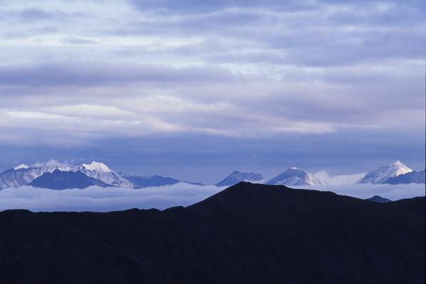 山の頂を雪で覆われたブルックス山脈がその姿を見せた壮大な風景写真