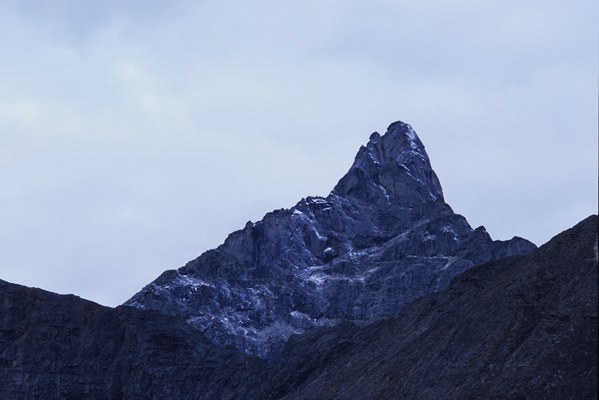 アリゲッチ針針峯と呼ばれるだけあって、空を突き刺すように尖った岩峰のアップ写真