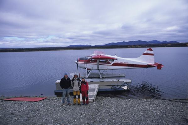 迎えに来てくれた水上飛行機の前でブッシュパイロットと一緒に記念撮影した1枚