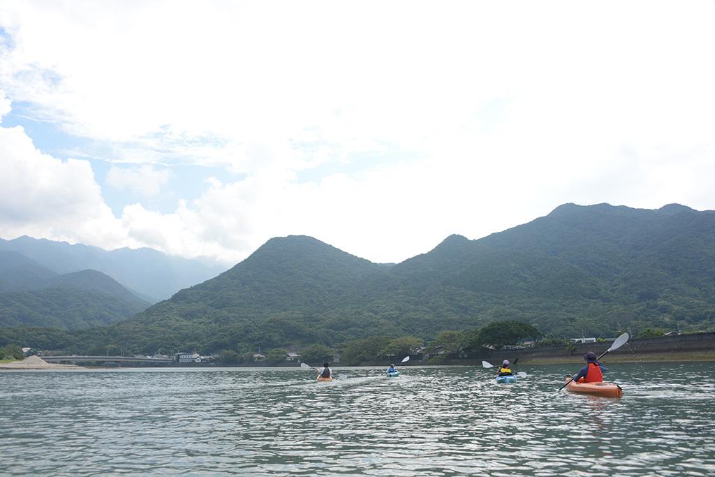 栗生川の上流に向けてカヤックを漕いで行くSさんファミリーの後ろ姿