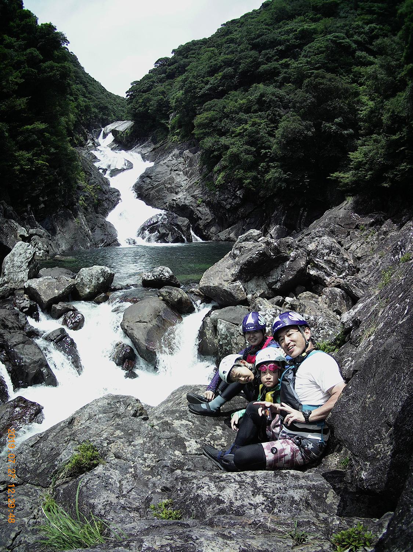 沢登りのゴールとなる滝の前で家族写真