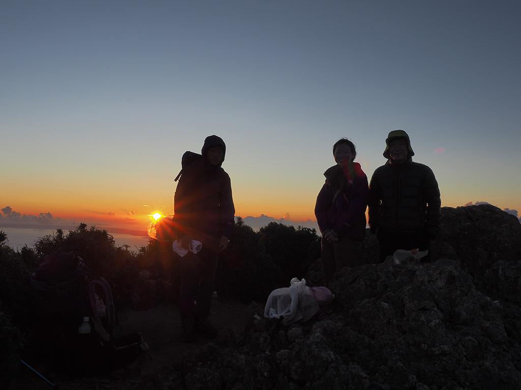 朝陽をバックにとった写真