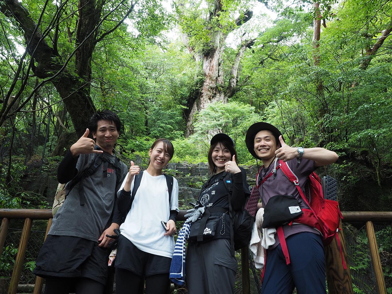 縄文杉の前で撮った4人のとびきりの笑顔